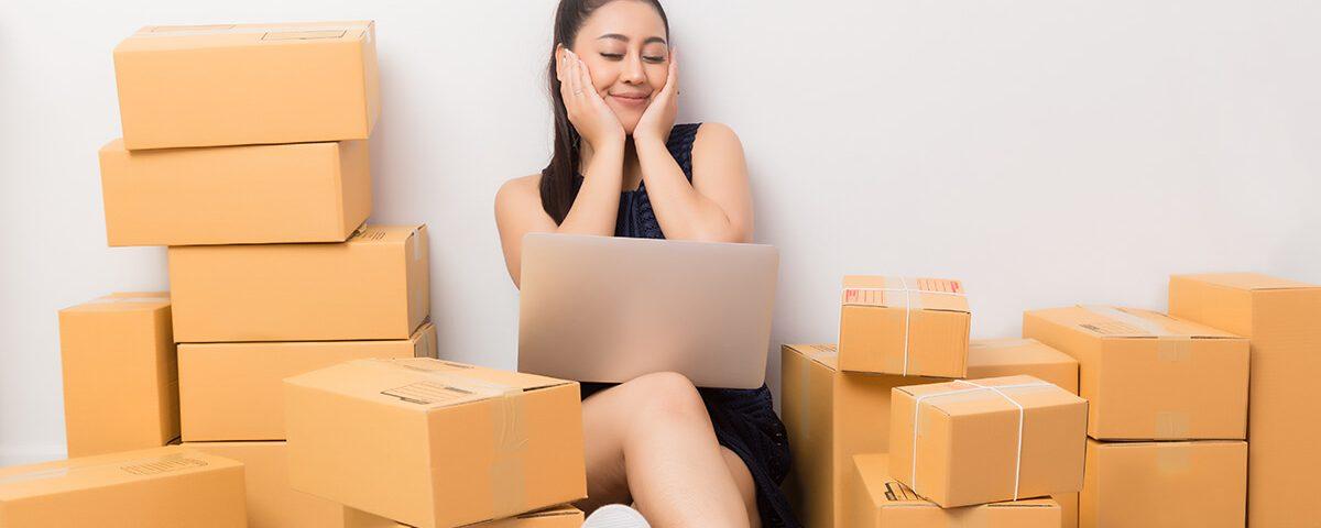 Kobieta między pudełkami - Jak zachęcić klientki do ponownych zakupów kosmetyków przez internet