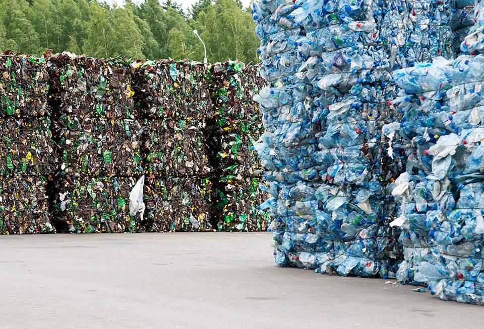 Plastikowe butelki. Recykling opakowań w przemyśle