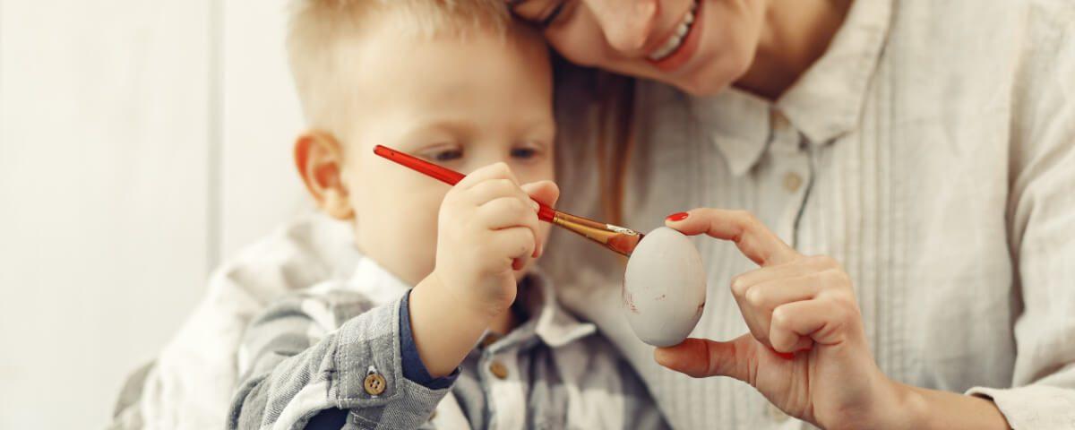 Dziecko maluje pisankę - Wielkanoc w wielu krajach, inna niż wszystkie