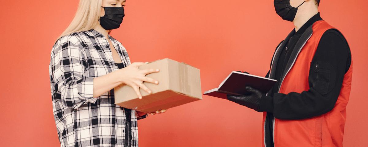 Kurier przekazuje paczkę - Wpływa pandemii na rynek opakowań