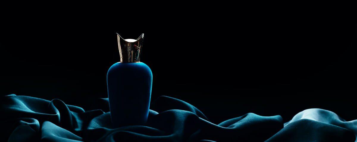 Luksusowe perfumy na czarnym tle. Opakowania luksusowych produktów - niespodziewane rozwiązania