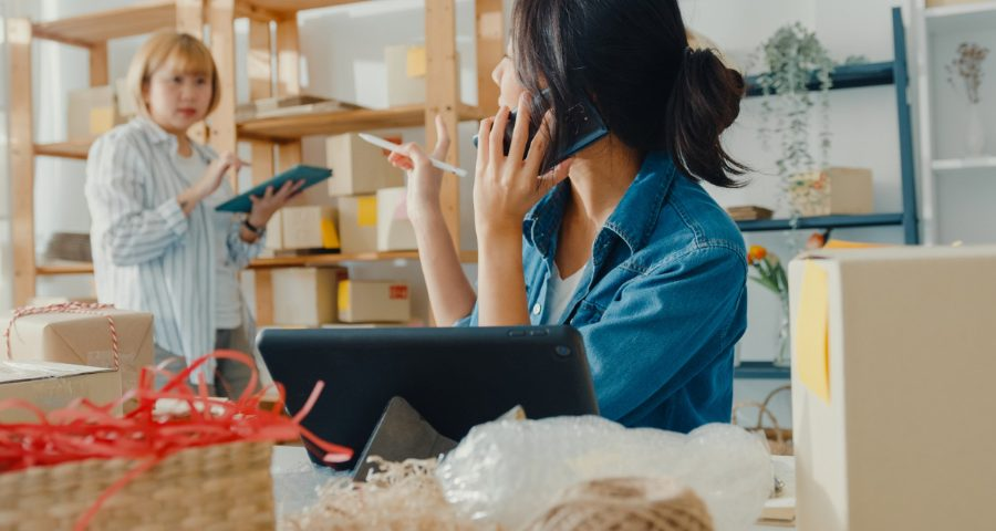 Właścicielka sklepu rozmawia przez telefon. Jak wyróżnić się w branży e-commerce - sprawdzone sposoby
